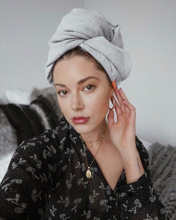 chica con toalla en la cabeza