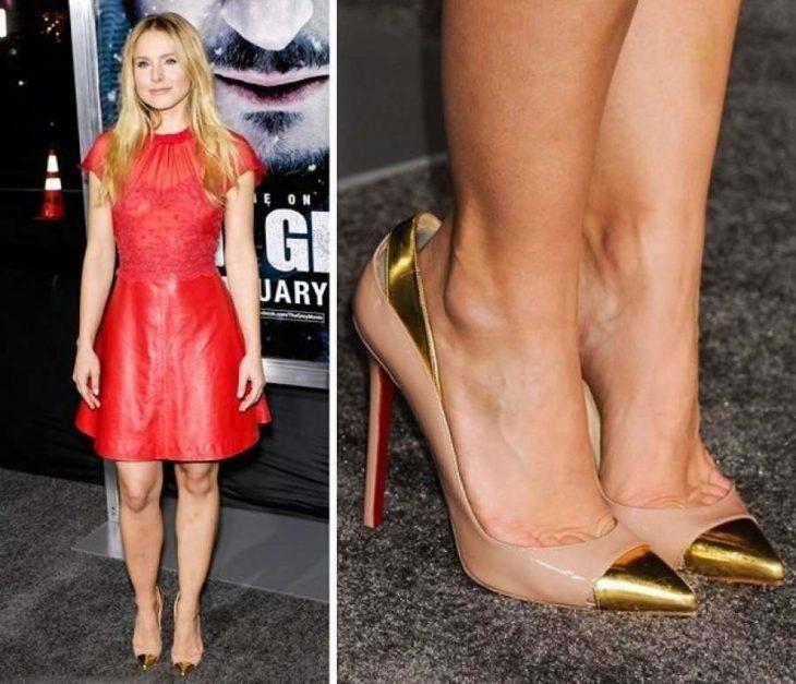 mujer con vestido rojo y zapatos dorados