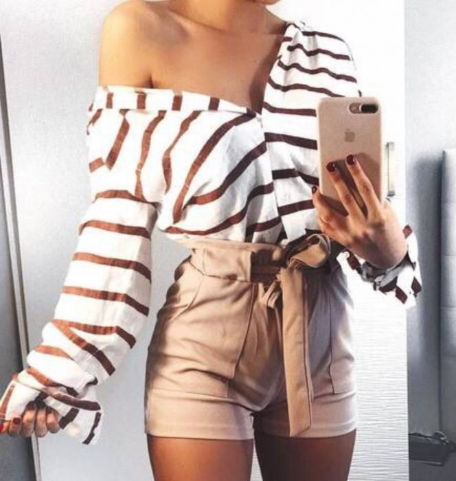 mujer con shorts y camisa de rayas