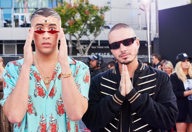 hombre con lentes tercer ojo y otro hombre con manos rezando