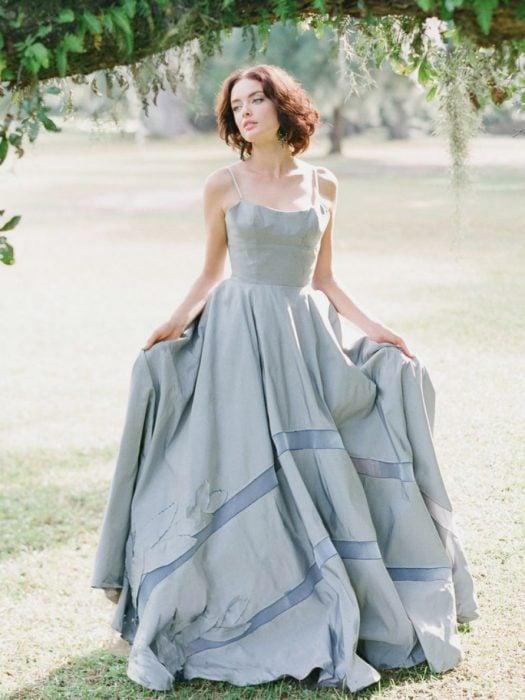 mujer de cabello pelirrojo y vestido azul cielo