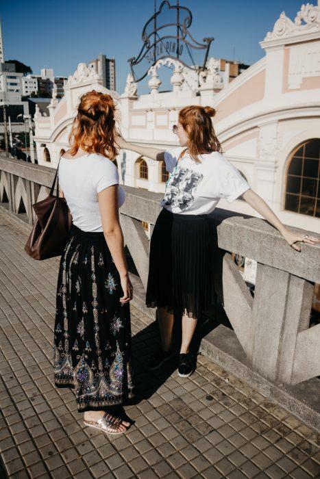 chicas usando maxi faldas en negro
