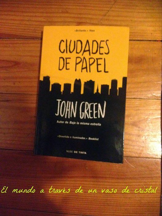 libro amarillo con negro