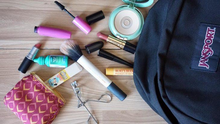 mochila escolar repleta de maquillaje