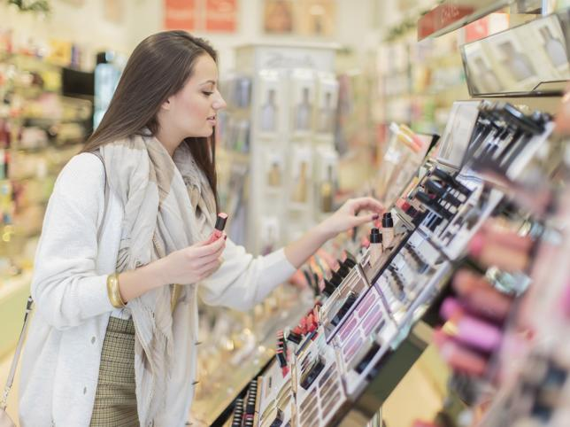 chica comprando maquillaje en centro comercial