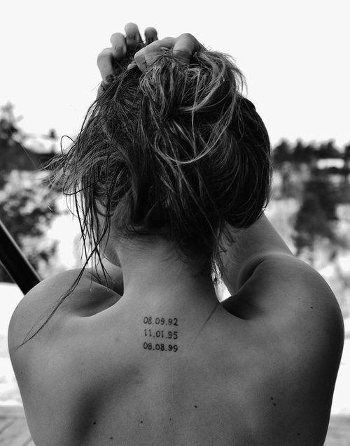 mujer de espaldas con tatuaje de numeros