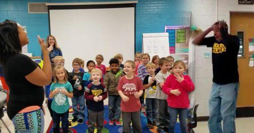 Niños sorprenden a conserje sordo cantando 'Cumpleaños feliz' en lenguaje de señas