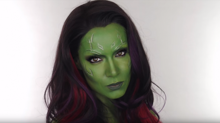 mujer con disfraz de gamora maquillaje verde