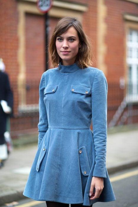 Chica usando un vestido de pana