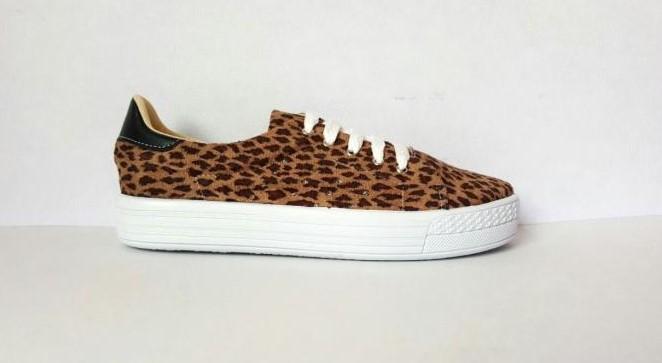 tenis con estampado de leopardo