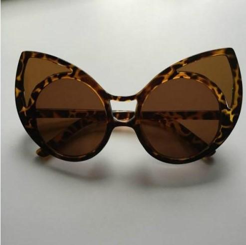 lentes de mujer con forma de gato y textura de leopardo