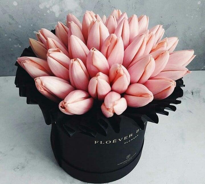caja negra con tulipanes color rosa pastel