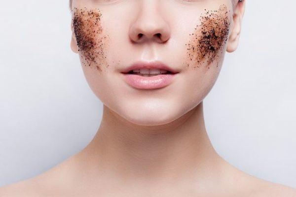 mujer con manchas de exfoliantes en su cara