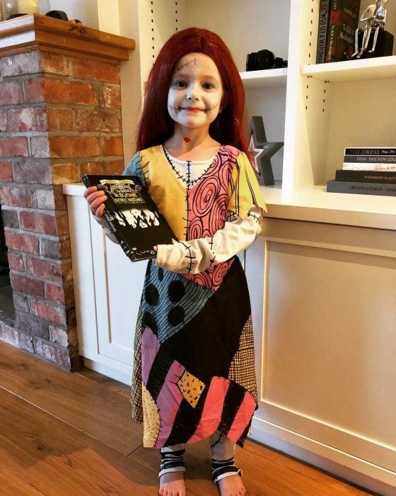 niña con disfraz de muñeca rota
