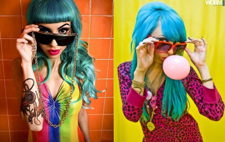 mujer con cabello azul y lentes