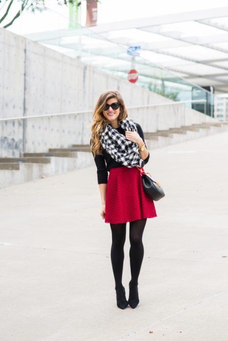 mujer con falda roja y medias rojas
