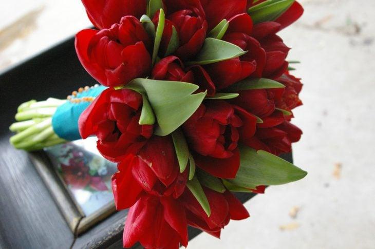 ramo de flores tulipanes rojas