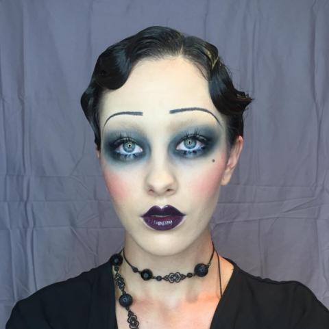 mujer con maquillaje de mujer de los años 20
