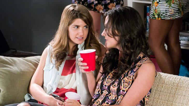 Chicas en una fiesta conversando