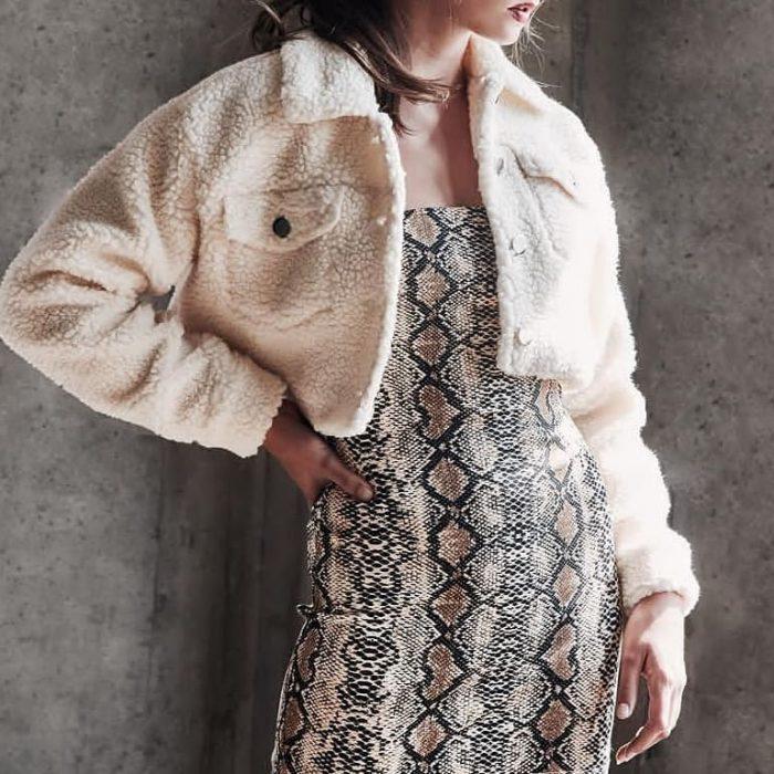 mujer con vestido de estampado animal print de víbora