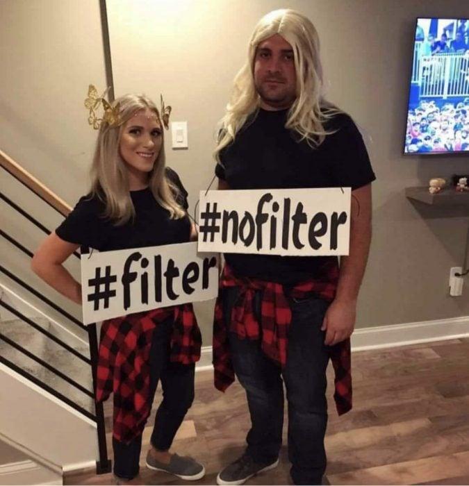 mujer y hombre con letrero de filtro