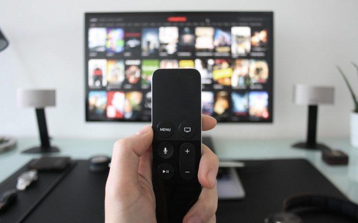mano con control y pantalla