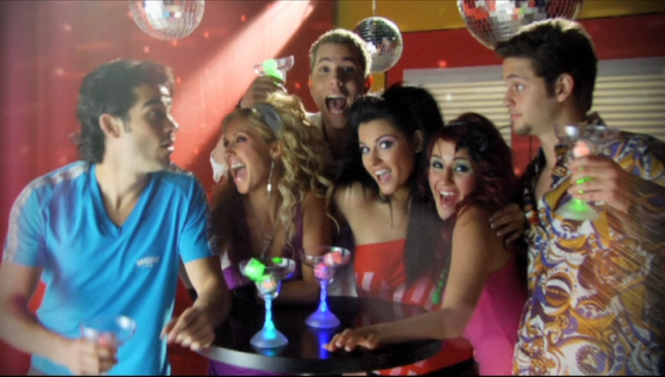 grupo de amigos sentados con bolas de cristal