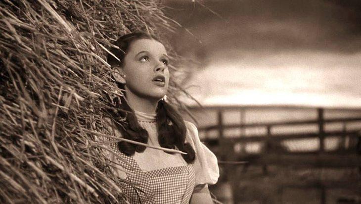 mujer con coletas de cabello entre paja cantando