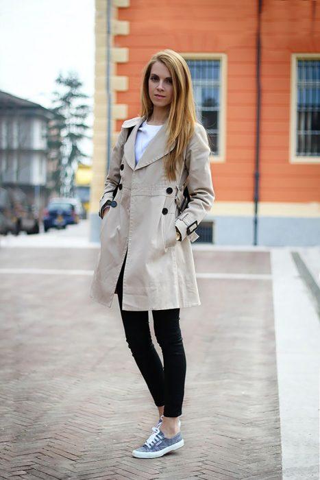 mujer con abrigo café caqui
