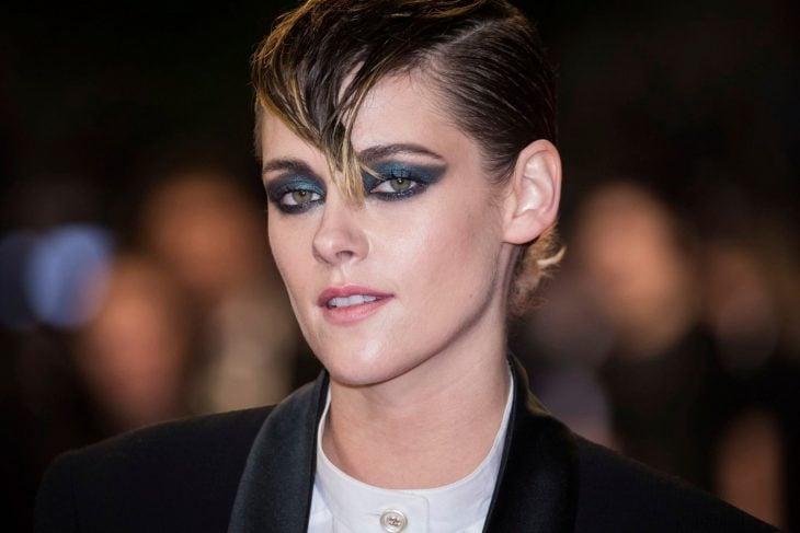 Mujer de cabello corto y ojos delineados de negro