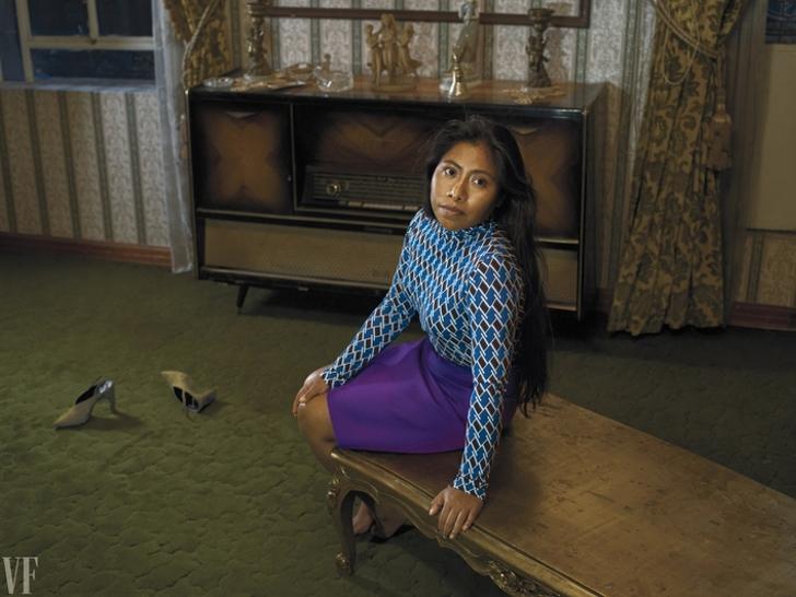 mujer con blusa azul y falda morada