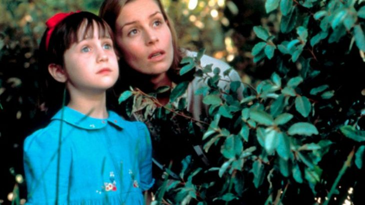 niña blanca con ojos azules y mujer sorprendida