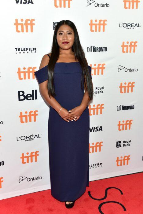 mujer con vestido azul marino sin hombros