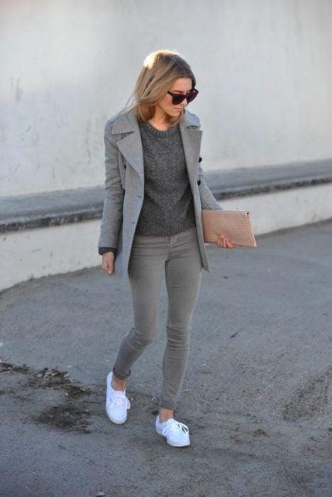mujer con pantalón blazer y camisa