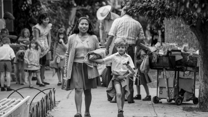 mujer con falda con niño rubio caminando