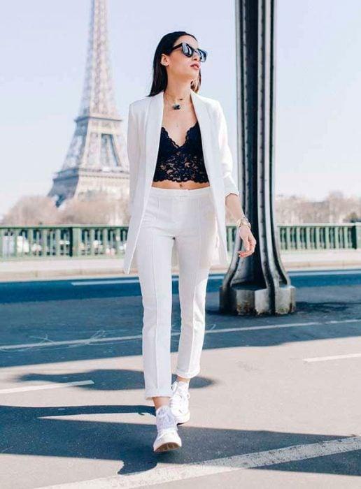 mujer pantalón blanco y blazer y bralette