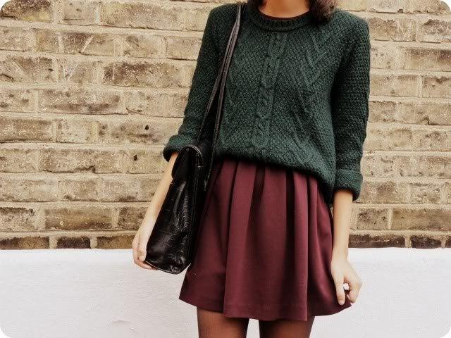 mujer con falda café con sueter verde