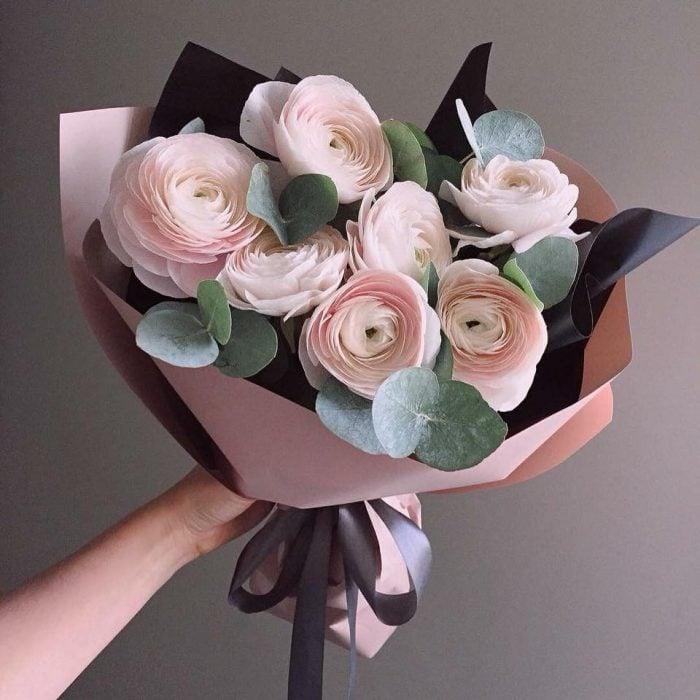 ramo de flores rosa pastel con blanco