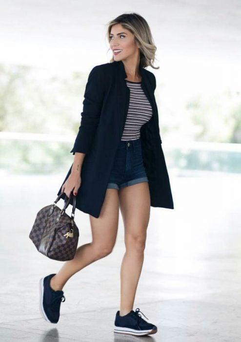mujer con shorts y blazer