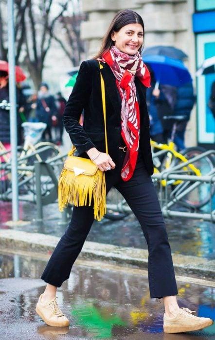 mujer con mascada bolso amarillo y tenis