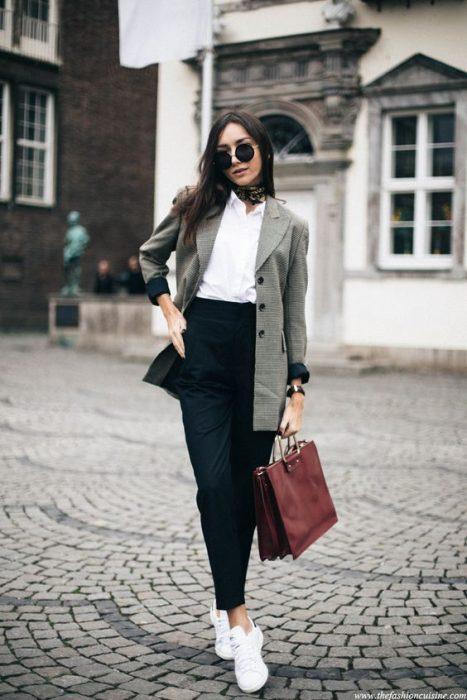mujer con pantalón negro y blazer gris