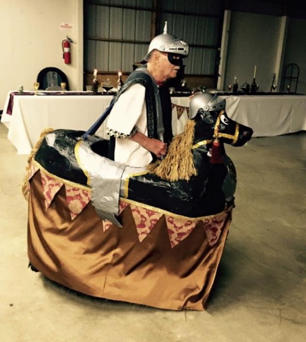Abuelo vestido de soldado en festival medieval