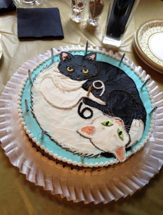 Pastel de cumpleaños de gatos negro y blanco