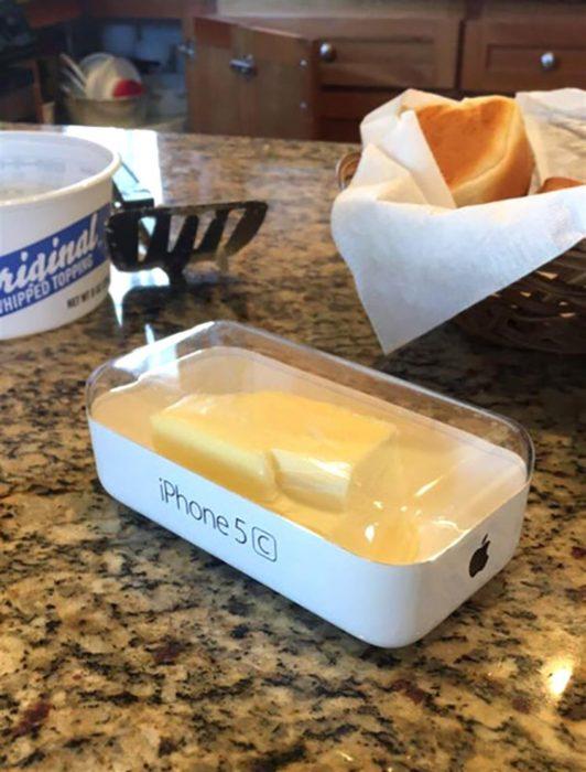 Caja de iphone utilizada como recipiente para la matequilla