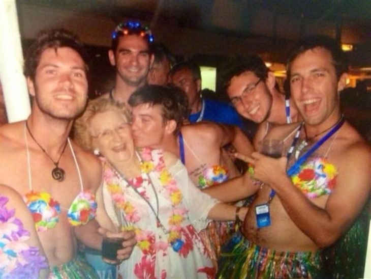 Fotografía de abuela en vacaciones al lado de muchos chicos