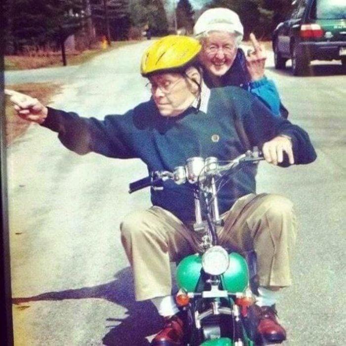 Par de abuelos sobre una motoneta