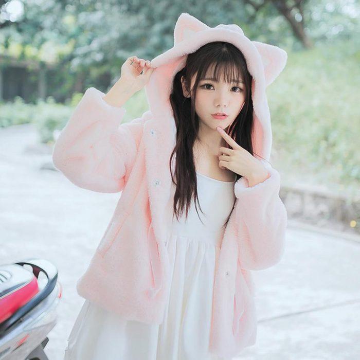 Chica vistiendo un hoodie felpudo de gato rosa