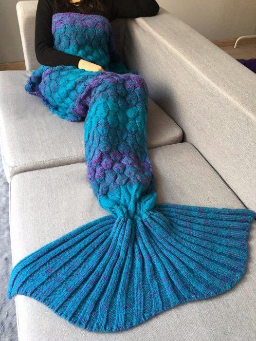 Cobija azul tejida en forma de cola de sirena