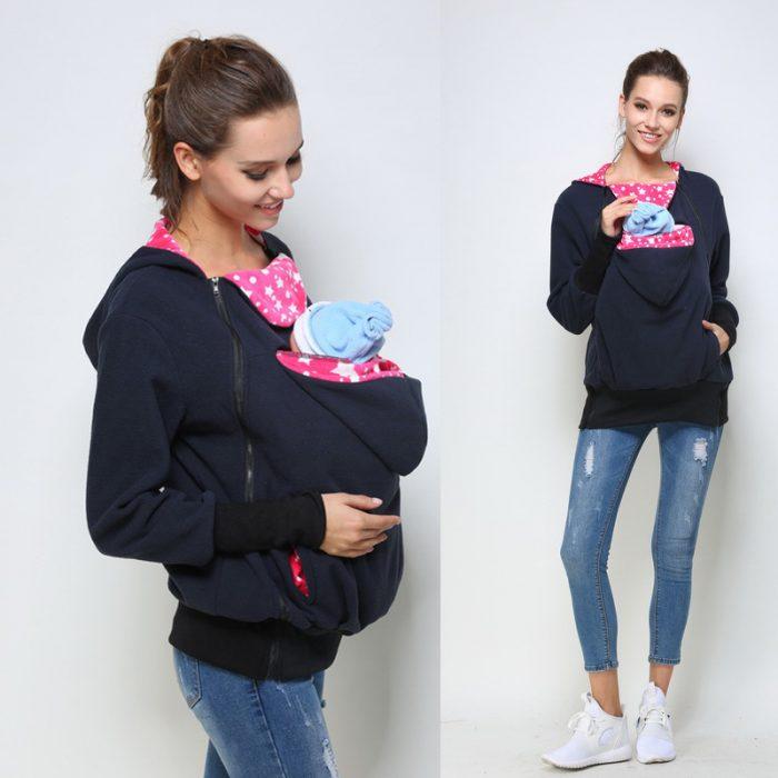 Mamá vistiendo un suéter con cangurera para llevar a su bebé