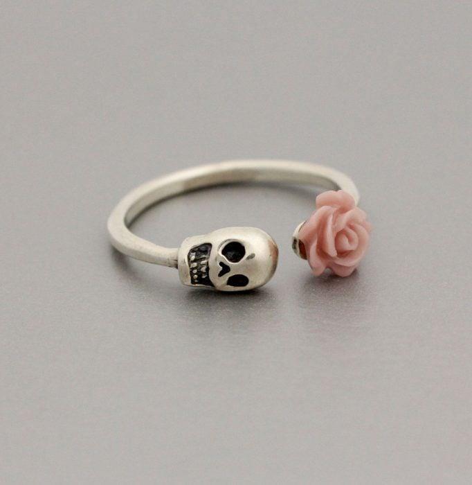 Anillo de calavera con flor rosa